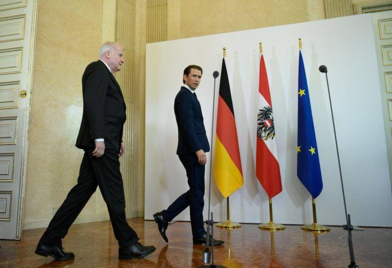 Bécs, 2018. július 5. Sebastian Kurz osztrák kancellár (j) és Horst Seehofer német belügyminiszter érkezik a megbeszélésük kezdetén tartandó sajtótájékoztatóra Bécsben 2018. július 5-én. (MTI/EPA/Christian Bruna)