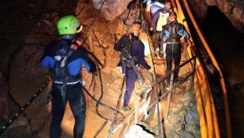 Maeszai, 2018. július 7. A thaiföldi haditengerészet 2018. július 7-én közreadott felvétele egy mentõcsapatról az esõvízzel elárasztott Tham Luang barlangban, az ott rekedt tizenkét diák és edzõje kimentésére végzett mûvelet közben az észak-thaiföldi Csiangraj tartományban fekvõ Maeszaiban. A mentõegységek július 2-án találtak rá a június 23-án eltûnt ifjúsági focicsapat tagjaira és edzõjükre a Bangkoktól ezer kilométerre, északra fekvõ barlangrendszerben. A mentõmunkálatok során búvárok oxigénpalackokat helyeznek el a barlangban, a több kilométeres, tervezett mentési útvonal mentén. (MTI/EPA/Thaiföldi haditengerészet)