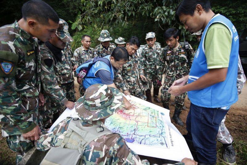 Maeszai, 2018. július 7. A sziklafúrás lehetõségeit vitatják meg szakemberek az esõvízzel elárasztott Tham Luang barlangban rekedt tizenkét diák és edzõje kimentésére végzett mûvelet közben az észak-thaiföldi Csiangraj tartományban fekvõ Maeszaiban 2018. július 7-én. A mentõegységek július 2-án találtak rá a június 23-án eltûnt ifjúsági focicsapat tagjaira és edzõjükre a Bangkoktól ezer kilométerre, északra fekvõ barlangrendszerben. A mentõmunkálatok során búvárok oxigénpalackokat helyeznek el a barlangban, a több kilométeres, tervezett mentési útvonal mentén. (MTI/EPA/Rungrodzs Jongrit)