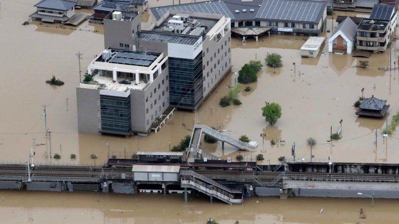 Kurasiki, 2018. július 8. Víz borítja a vasútállomást a nyugat-japáni Okajama prefektúra Kurasiki városában 2018. július 8-án. A szigetország középsõ és nyugati részét sújtó árvíz eddig legkevesebb 64 ember halálát okozta, mintegy ötvenen eltûntek. A hatóságok a földcsuszamlás veszélye miatt legalább 2 millió embert szólítottak fel az otthonuk elhagyására. (MTI/EPA/JIJI Press)