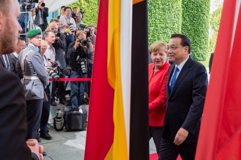 Berlin, 2018. július 9. Angela Merkel német kancellár fogadja Li Ko-csiang kínai miniszterelnököt a berlini kancellári hivatal elõtt 2018. július 9-én. Li az 5. német-kínai kormányközi egyeztetés alkalmából tartózkodik Németországban. (MTI/EPA/Jens Schlüter) *** Local Caption *** malý vrtu¾ník