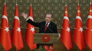 Ankara, 2018. július 10. A török elnöki sajtószolgálat által közreadott kép Recep Tayyip Erdogan újraválasztott török elnökrõl az államfõi eskütételét követõ sajtótájékoztatón az ankarai elnöki palotában 2018. július 9-én. Erdogan eskütételével Törökországban hivatalosan is végrehajtó elnöki rendszer lépett életbe az eddigi parlamentáris berendezkedés helyett. (MTI/EPA)