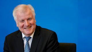 Berlin, 2018. július 10. Horst Seehofer német belügyminiszter bemutatja a bevándorlás feltételeit és körülményeit szabályozó migrációs mestertervét egy berlini sajtóértekezleten 2018. július 10-én. (MTI/EPA/Alexander Becher)