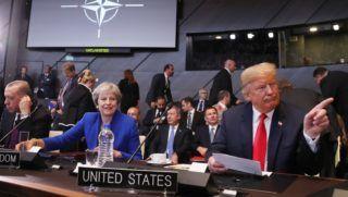 Brüsszel, 2018. július 11. Recep Tayyip Erdogan török elnök, Theresa May brit miniszterelnök és Donald Trump amerikai elnök (b-j) a NATO kétnapos brüsszeli csúcsértekezletének nyitóülésén 2018. július 11-én. (MTI/EPA/Olivier Hoslet)