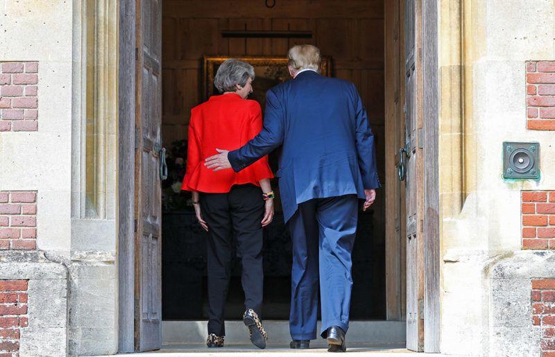 Ellesborough, 2018. július 13.Donald Trump amerikai elnököt (j) fogadja Theresa May brit miniszterelnök a brit kormányfő vidéki rezidenciája, a Chequers-ház ajtajában, a Buckinghamshire megyei Ellesborough közelében 2018. július 13-án. (MTI/EPA/Bloomberg/Chris Ratcliffe/pool)