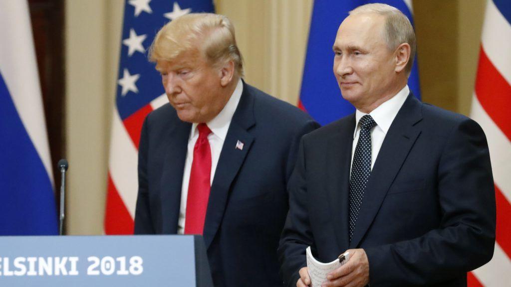 Helsinki, 2018. július 16. Donald Trump amerikai elnök (b) és Vlagyimir Putyin elnök orosz államfõ a kétoldalú megbeszélésüket követõ sajtótájékoztatón a finn elnöki palotában, Helsinkiben 2018. július 16-án. (MTI/EPA/Anatolij Malcev)