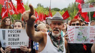 Moszkva, 2018. július 18. Ellenzéki tüntetõk az orosz nyugdíjrendszer módosítása ellen tiltakoznak a moszkvai Szokolnyiki Parkban 2018. július 18-án. A napokban kerül az orosz törvényhozás alsóháza, az Állami Duma elé szavazásra elsõ olvasatban az a törvényjavaslat, amely a férfiak nyugdíjkorhatárát a jelenlegi 60 életévrõl 65-re, míg a nõkét 55 évrõl 63-ra emelné. (MTI/EPA/Jurij Kocsetkov)