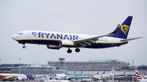 Dublin, 2018. július 19. 2018. július 12-én a dublini repülõtéren készített kép a Ryanair ír diszkont légitársaság egyik leszálló repülõgépérõl. A Reuters értesülései szerint július 25-én és 26-án több mint 600 járatát törli az ír fapados légitársaság, mert alkalmazottai egy jelentõs része sztrájkot kezdeményezett a silány munkakörülmények és a cég kicsinyessége miatt.  A hírügynökség szerint elsõsorban belga, portugál és spanyol légiutas-kísérõk tervezik a sztrájkot, ami miatt a Ryanair elõvigyázatosságból járatai 12 százalékát törölte a menetrendbõl. A lépés mintegy 50 ezer utast érint. (MTI/EPA)