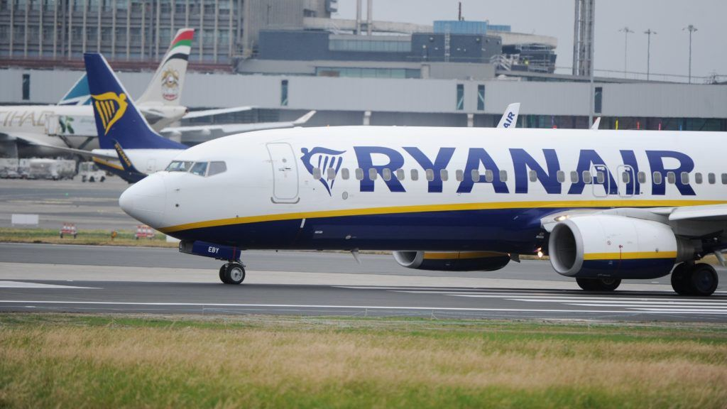 Dublin, 2018. július 19. 2018. július 12-én a dublini repülõtéren készített kép a Ryanair ír diszkont légitársaság egyik repülõgépérõl. A Reuters értesülései szerint július 25-én és 26-án több mint 600 járatát törli az ír fapados légitársaság, mert alkalmazottai egy jelentõs része sztrájkot kezdeményezett a silány munkakörülmények és a cég kicsinyessége miatt.  A hírügynökség szerint elsõsorban belga, portugál és spanyol légiutas-kísérõk tervezik a sztrájkot, ami miatt a Ryanair elõvigyázatosságból járatai 12 százalékát törölte a menetrendbõl. A lépés mintegy 50 ezer utast érint. (MTI/EPA)