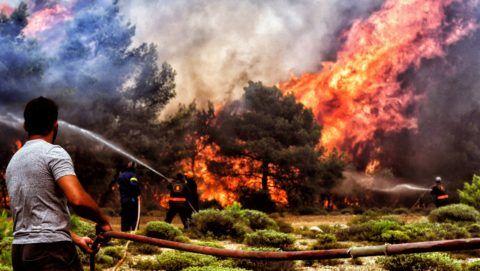 Verori, 2018. július 25. Tûzoltók és önkéntesek dolgoznak a bozóttûz megfékezésén a Lutraki város közelében fekvõ Verorinál 2018. július 24-én. A görögországi erdõtüzek halálos áldozatainak száma 74-re emelkedett, 187-an megsérültek. (MTI/EPA/Vaszilisz Pszomasz)