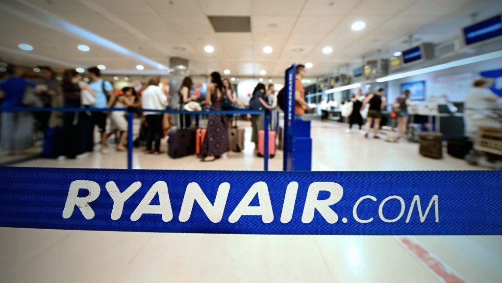 Madrid, 2018. július 25. Utasok várakoznak a Ryanair ír diszkont légitársaság pultja elõtt a madridi repülõtéren 2018. július 25-én. Ezen a napon és július 26-án 2400 járatból több százat törölnek a spanyol, a portugál, az olasz és a belga fedélzeti legénység munkabeszüntetése miatt, akik így tiltakoznak a silány munkakörülmények és a cég kicsinyessége ellen. A lépés mintegy 50 ezer utast érint. (MTI/EPA/Fernando Villar)