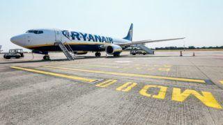 Charleroi, 2018. július 25. A Ryanair ír diszkont légitársaság egyik repülõgépe a Brüsszel–Charleroi repülõtéren 2018. július 25-én. Ezen a napon és július 26-án 2400 járatból több százat törölnek a spanyol, a portugál, az olasz és a belga fedélzeti legénység munkabeszüntetése miatt, akik így tiltakoznak a silány munkakörülmények és a cég kicsinyessége ellen. A lépés mintegy 50 ezer utast érint. (MTI/EPA/Stephanie Lecocq)