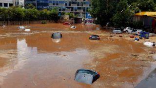 Athén, 2018. július 26. Vízben elmerült autók egy hordalékkal elárasztott utcán Athén északi részén 2018. július 26-án, miután a hatalmas esõzések áradásokat okoztak a görög fõvárosban. (MTI/EPA)