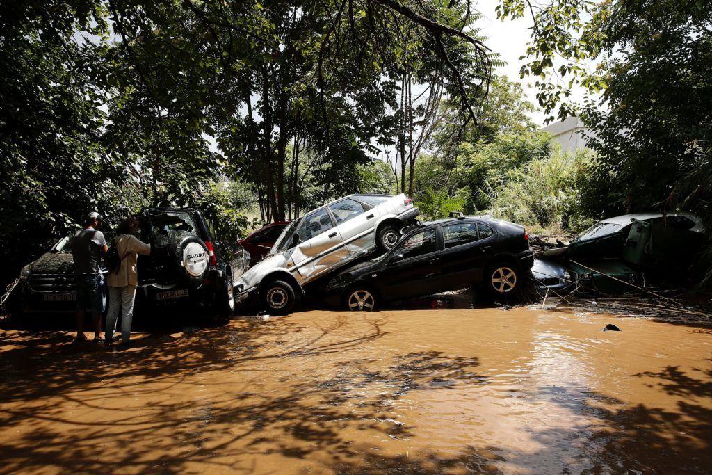Athén, 2018. július 26. Megrongálódott autók roncsai egy hordalékkal elárasztott utcán Athén északi részén 2018. július 26-án, miután a hatalmas esõzések áradásokat okoztak a görög fõvárosban. (MTI/EPA/Alekszandrosz Vlahosz)