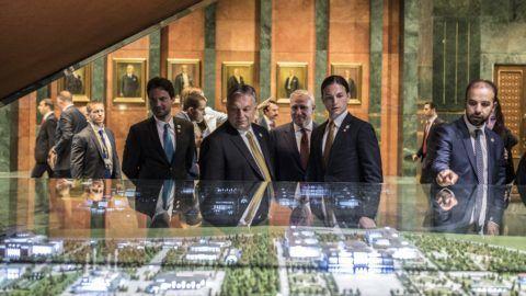 Ankara, 2018. július 9. Orbán Viktor miniszterelnök (k) megtekinti az elnöki épületegyüttes makettjét Recep Tayyip Erdogan újraválasztott török elnök beiktatásán Ankarában 2018. július 9-én. MTI Fotó: Miniszterelnöki Sajtóiroda / Szecsõdi Balázs
