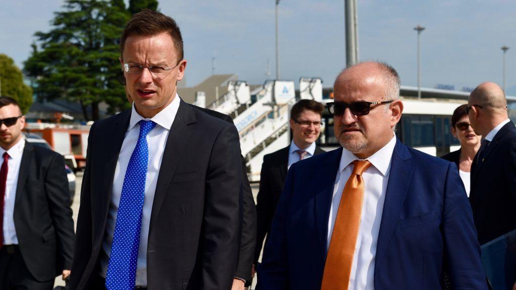 Podgorica, 2018. július 2. A Külgazdasági és Külügyminisztérium (KKM) által közreadott képen Szijjártó Péter külgazdasági és külügyminiszter (b) és Srdjan Darmanovic montenegrói külügyminiszter találkozója Podgoricában 2018. július 2-án. MTI Fotó: KKM