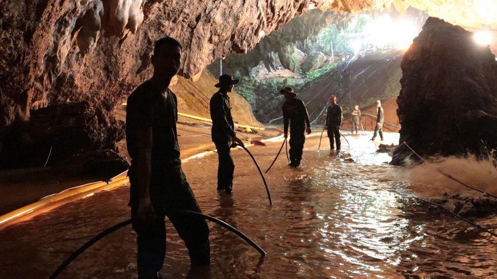 Maeszai, 2018. július 7. A thaiföldi haditengerészet 2018. július 7-én közreadott felvétele katonákról az esõvízzel elárasztott Tham Luang barlangban, az ott rekedt tizenkét diák és edzõje kimentésére végzett mûvelet közben az észak-thaiföldi Csiangraj tartományban fekvõ Maeszaiban. A mentõegységek július 2-án találtak rá a június 23-án eltûnt ifjúsági focicsapat tagjaira és edzõjükre a Bangkoktól ezer kilométerre, északra fekvõ barlangrendszerben. A mentõmunkálatok során búvárok oxigénpalackokat helyeznek el a barlangban, a több kilométeres, tervezett mentési útvonal mentén. (MTI/EPA/Thaiföldi haditengerészet)