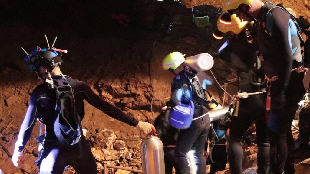 Maeszai, 2018. július 7. A thaiföldi haditengerészet 2018. július 7-én közreadott felvételén oxigénpalackokat visznek az esõvízzel elárasztott Tham Luang barlangban, az ott rekedt tizenkét diák és edzõje kimentésére végzett mûvelet közben az észak-thaiföldi Csiangraj tartományban fekvõ Maeszaiban. A mentõegységek július 2-án találtak rá a június 23-án eltûnt ifjúsági focicsapat tagjaira és edzõjükre a Bangkoktól ezer kilométerre, északra fekvõ barlangrendszerben. A mentõmunkálatok során búvárok oxigénpalackokat helyeznek el a barlangban, a több kilométeres, tervezett mentési útvonal mentén. (MTI/EPA/Thaiföldi haditengerészet)