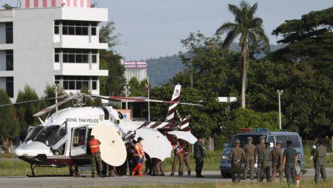 Csiangraj, 2018. július 9. Helikopterbõl mentõautóba helyezik át az egyik kimentett fiút a csiangraji katonai repülõtéren 2018. július 9-én, amikor folytatódik a június 23-án edzõjével a barlangban eltûnt ifjúsági labdarúgócsapat mentését az észak-thaiföldi Csiangraj tartományban fekvõ Maeszaiban. A barlangba betört víz által a külvilágtól elzárt csapat tagjai közül eddig hetet sikerült felszínre hozni. (MTI/EPA/Rungrodzs Jongrit) *** Local Caption *** malý vrtu¾ník