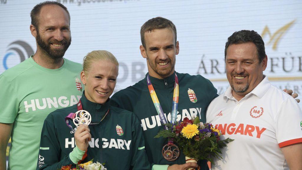 Székesfehérvár, 2018. július 23. A harmadik helyezett magyar csapat tagjai, Kovács Sarolta (b2) és Demeter Bence (b3), mellettük edzõik, Kállai Ákos (b) és Martinek János (j) az öttusa Európa-bajnokság vegyesváltó versenyének eredményhirdetésén a székesfehérvári Bregyó közi Regionális Atlétikai Központban 2018. július 23-án. MTI Fotó: Kovács Tamás