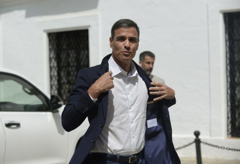 Spanish Prime Minister Pedro Sanchez arrives at the Palacio de los Guzmanes in Sanlucar de Barrameda in Cadiz on August 11, 2018. / AFP PHOTO / CRISTINA QUICLER