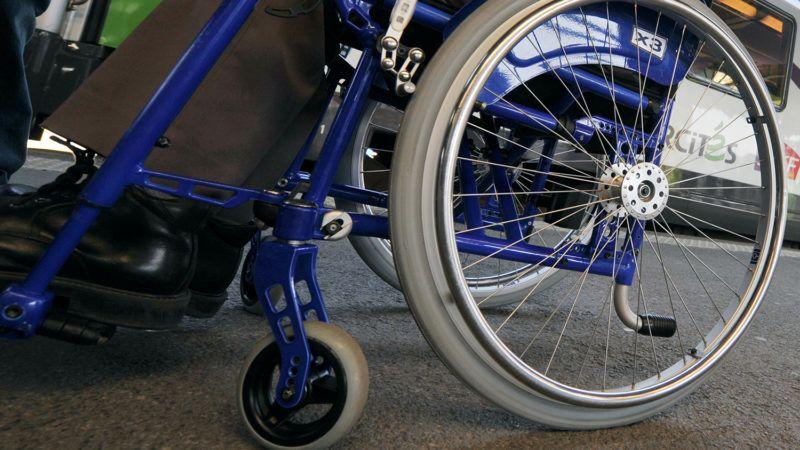 Une personne ŕ mobilité réduite attend prčs d'un train Corail intercités lors de l'inauguration, le 23 mars 2009 ŕ la gare de Caen, de la premičre voiture qui permet de faciliter les voyages des personnes en fauteuil roulant et ŕ mobilité réduite. Cette voiture, mise en place sur la ligne Paris-Caen-Cherbourg, est le dernier volet du projet de modernisation des voitures de ce réseau. Une plate-forme permet ŕ la personne en fauteuil roulant d'accéder aisement au wagon ŕ l'intérieur duquel l'espace est aménagé ŕ cette fin.  AFP  PHOTO   MYCHELE DANIAU / AFP PHOTO / MYCHELE DANIAU