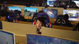 This photo taken on January 29, 2018 shows a student using a computer in an eSports class at the Lanxiang technical school in Jinan, in China's eastern Shandong province. Most teachers would not be impressed to discover a student playing video games in their class. But at a school in eastern China it is mandatory, part of a drive to train eSport champions and tap into the booming industry. / AFP PHOTO / GREG BAKER / TO GO WITH China-lifestyle-games-esport-education,FEATURE by Ludovic EHRET