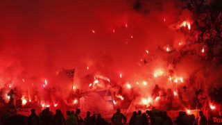 Lyon, 2018. május 16.Az Olympique Marseille szurkolói égő fáklyákkal a kezükben a lyoni stadion lelátóján a labdarúgó Európa Liga Olympique Marseille - Atlético Madrid döntőjének kezdete előtt 2018. május 16-án. (MTI/EPA/Guillaume Horcajuelo)