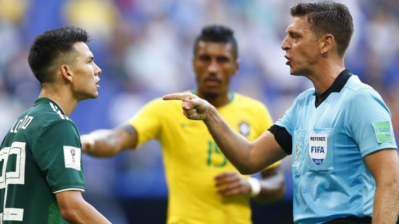 Italian referee Gianluca Rocchi (R) points at Mexico's forward Hirving Lozano during the Russia 2018 World Cup round of 16 football match between Brazil and Mexico at the Samara Arena in Samara on July 2, 2018. / AFP PHOTO / BENJAMIN CREMEL / RESTRICTED TO EDITORIAL USE - NO MOBILE PUSH ALERTS/DOWNLOADS