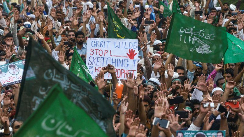 Supporters of Pakistan's Sunni Muslim Tehreek-e-Labaik Pakistan (TLP) party gather in a rally against alleged election rigging in Lahore on August 6, 2018. Pakistani opposition parties rejecting election results on August 2 have agreed to participate in the parliamentary process, take oaths and protest inside and outside the parliament. Imran Khan's party announced it has acquired enough seats in Pakistan's lower house through coalition talks to form a majority government. / AFP PHOTO / ARIF ALI