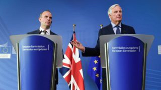 EU Chief Brexit Negotiator Michel Barnier (R) and Britain's Secretary of State for exiting the European Union -Brexit Minister- Dominic Raab (L) give a joint press conference after their meeting at the European Commission in Brussels on August 21, 2018.  / AFP PHOTO / JOHN THYS