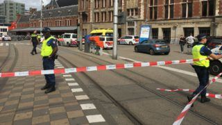 Security officials cordon off an area outside The Central Railway Station in Amsterdam on August 31, 2018, after two people were hurt in a stabbing incident.  / AFP PHOTO / Germain MOYON