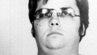 ACOMPAÑA NOTA EEUU-MUSICA-LENNON / PERSONAJE(ARCHIVO) Foto del 09 de diciembre de 1980 de Mark David Chapman, asesino convicto del cantante John Lennon, quien pidio salir en libertad condicional el 30 de setiembre de 2004 tras pasar 20 años de carcel. Chapman fue condenado a entre 20 años y perpetuidad por asesinar a balazos al ex integrante de los Beatles frente a su domicilio en Nueva York el 08 de octubre de 1980.       AFP PHOTO / NYC PD / AFP PHOTO / PA FILES / NYC PD