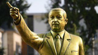 "28 August 2018, Germany, Wiesbaden: The golden Erdogan statue on the  Platz der Deutschen Einheit shines in the last sunlight. The statue was erected as part of the art festival ""Wiesbaden Biennale"". (on dpa ""Erdogan statue as calculated provocation for freedom of opinion"" of 28.08.2018) Photo: Arne Dedert/dpa"