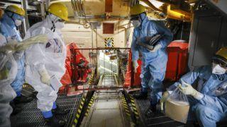 Futaba, 2017. november 21. A Tokyo Electric Power Co. (TEPCO) japán áramszolgáltató fukusimai atomerõmûvének 5-ös reaktorblokkjában végeznek rutinellenõrzést a cég szakemberei a Fukusima prefektúrabeli Futabában 2017. november 20-án. A 2011-es földrengést követõen szigorítottak a biztonsági elõírásokon, amikor a földmozgás elõidézte áramszünet következtében a Fukusima-1-es atomerõmû hat reaktorblokkja közül háromban felrobbant a hûtési folyamatban használt hidrogén. (MTI/EPA/Majama Kimimasza)