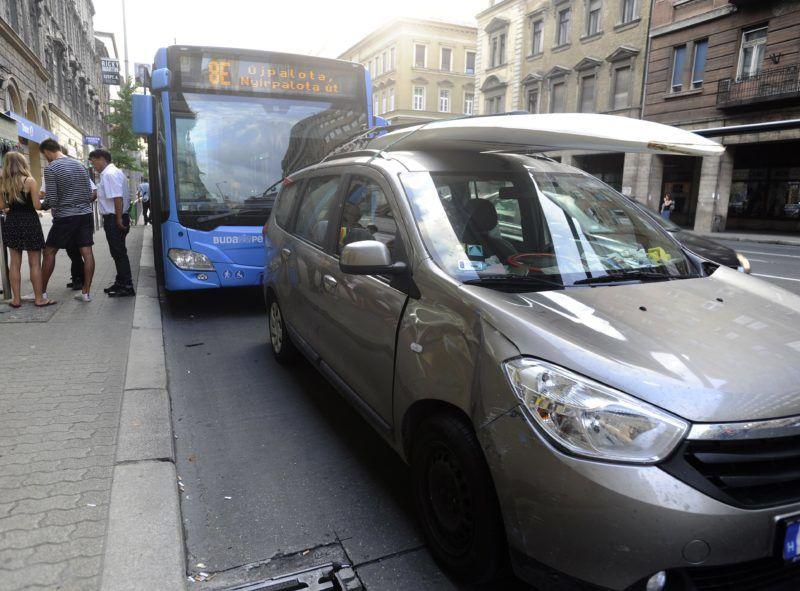 Budapest, 2018. augusztus 1. Sérült autóbusz és személygépkocsi miután összeütköztek Budapesten, a Rákóczi úton 2018. augusztus 1-jén. A balesetben 11 ember megsérült. MTI Fotó: Mihádák Zoltán