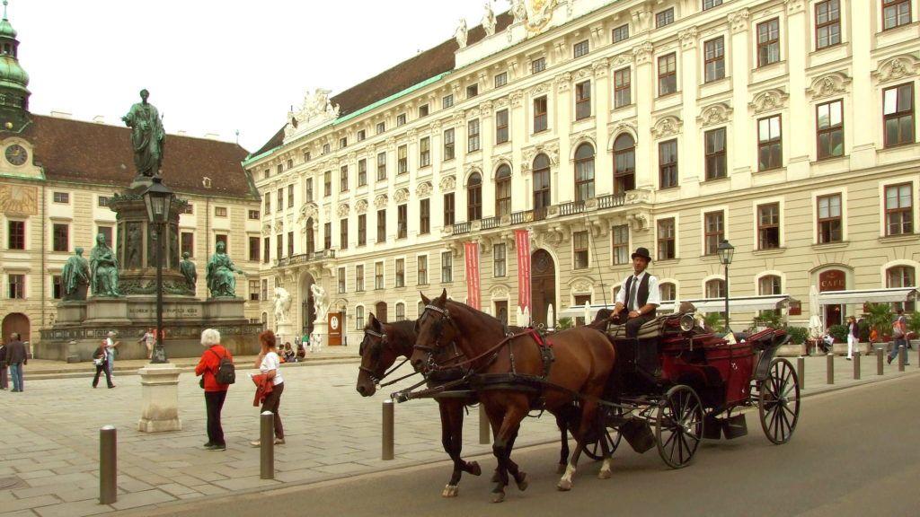 Wien, 2010. szeptember 15. Konflis halad el utasaival Ferenc császár szobra előtt a Hofburg belső udvarán. Mögötte, jobbra, a császári lakosztályoknak otthont adó épületszárny. MTI Zrt. / Bizományosi: Jászai Csaba *************************** Kedves Felhasználó! Az Ön által most kiválasztott fénykép nem képezi az MTI fotókiadásának és archívumának szerves részét. A kép tartalmáért és a szövegért a fotó készítője vállalja a felelősséget.