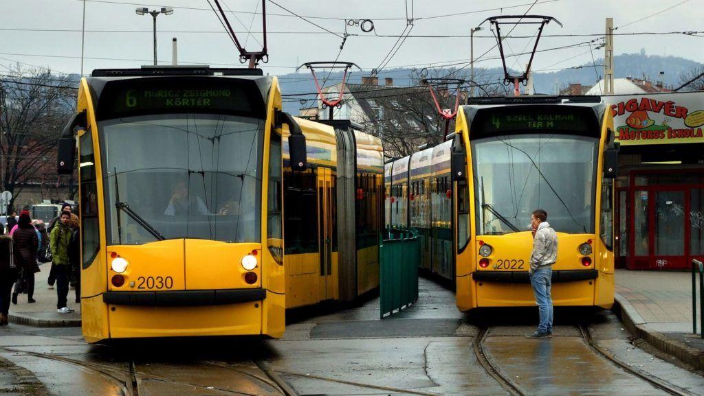Budapest, 2013. február 6. Elindul a Széll Kálmán térrõl a BKK-BKV 6-os, Combino villamos szerelvénye. A 4-es vonalán közlekedõ jármû (j) pedig nemrég érkezett meg a közös végállomásukra.  MTVA/Bizományosi: Jászai Csaba  *************************** Kedves Felhasználó! Az Ön által most kiválasztott fénykép nem képezi az MTI fotókiadásának, valamint az MTVA fotóarchívumának szerves részét. A kép tartalmáért és a szövegért a fotó készítõje vállalja a felelõsséget.