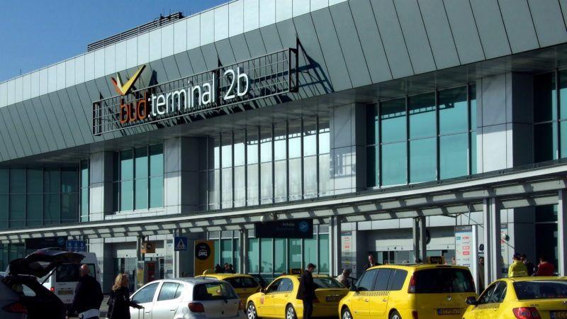 Budapest, 2015. március 17. Repülõútra készülõ utasok és érkezõkre várakozó taxik a Budapest Liszt Ferenc Nemzetközi Repülõtér 2b Terminálja elõtt, a fõváros XVIII. kerületében, Ferihegyen. MTVA/Bizományosi: Jászai Csaba  *************************** Kedves Felhasználó! Az Ön által most kiválasztott fénykép nem képezi az MTI fotókiadásának, valamint az MTVA fotóarchívumának szerves részét. A kép tartalmáért és a szövegért a fotó készítõje vállalja a felelõsséget.
