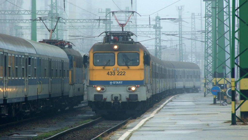 Budapest, 2016. január 27. A MÁV Start Zrt. Veszprémbõl indult gyorsvonati szerelvénye megérkezik a fõváros Déli pályaudvarára a ködös téli idõben, mellette egy indulásra kész másik vasúti szerelvény. MTVA/Bizományosi: Jászai Csaba  *************************** Kedves Felhasználó! Ez a fotó nem a Duna Médiaszolgáltató Zrt./MTI által készített és kiadott fényképfelvétel, így harmadik személy által támasztott bárminemû – különösen szerzõi jogi, szomszédos jogi és személyiségi jogi – igényért a fotó készítõje közvetlenül maga áll helyt, az MTVA felelõssége e körben kizárt.
