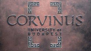 Budapest, 2018. május 18.A Budapesti Corvinus Egyetem főépületének címtáblája a főváros IX. kerületében, a Fővám téren.MTVA/Bizományosi: Jászai Csaba ***************************Kedves Felhasználó!Ez a fotó nem a Duna Médiaszolgáltató Zrt./MTI által készített és kiadott fényképfelvétel, így harmadik személy által támasztott bárminemű – különösen szerzői jogi, szomszédos jogi és személyiségi jogi – igényért a fotó készítője közvetlenül maga áll helyt, az MTVA felelőssége e körben kizárt.