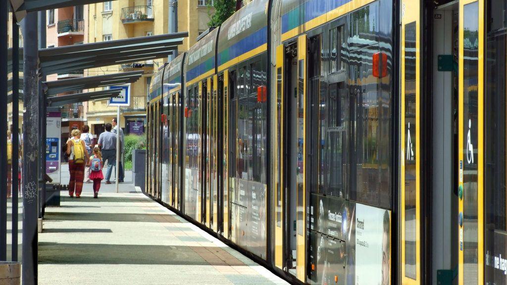 Budapest, 2018. június 24.. Utasok szállnak ki a Budapesti Közlekedési Központ (BKK) 6-os vonalán közlekedõ egyik Combino villamosból a Móricz Zsigmond körtéri végállomáson. MTVA/Bizományosi: Jászai Csaba  *************************** Kedves Felhasználó! Ez a fotó nem a Duna Médiaszolgáltató Zrt./MTI által készített és kiadott fényképfelvétel, így harmadik személy által támasztott bárminemû – különösen szerzõi jogi, szomszédos jogi és személyiségi jogi – igényért a fotó készítõje közvetlenül maga áll helyt, az MTVA felelõssége e körben kizárt.