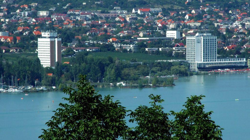 Balatonfüred, 2018. augusztus 20. A Hotel Marina és a Hotel Füred szállodák toronyépületei a Balaton-partján. MTVA/Bizományosi: Jászai Csaba  *************************** Kedves Felhasználó! Ez a fotó nem a Duna Médiaszolgáltató Zrt./MTI által készített és kiadott fényképfelvétel, így harmadik személy által támasztott bárminemû – különösen szerzõi jogi, szomszédos jogi és személyiségi jogi – igényért a fotó készítõje közvetlenül maga áll helyt, az MTVA felelõssége e körben kizárt.
