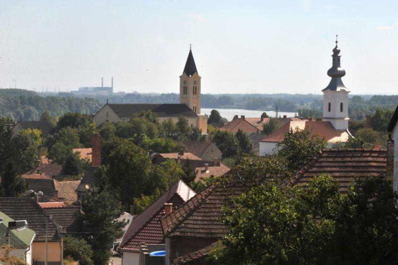 Paks, 2010. augusztus 30. Paks látképe a Malomhegyrõl, középen az 1901-ben emelt Jézus Szíve katolikus templom, jobbra az 1796-ban épült református templom, háttérben a Paksi Atomerõmû. MTI Fotó: Kovács Tamás
