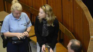 Budapest, 2014. szeptember 11. Eva Varholiková Rezesová vádlottat bevezetik az ellene négy halálos áldozatot okozó ittas jármûvezetés vádjával folyó másodfokú büntetõper ítélethirdetésére a Budapest Környéki Törvényszék tárgyalótermében 2014. szeptember 11-én. A bíróság súlyosbította és jogerõsen 9 év börtönbüntetésre ítélte a vádlottat. MTI Fotó: Kovács Tamás