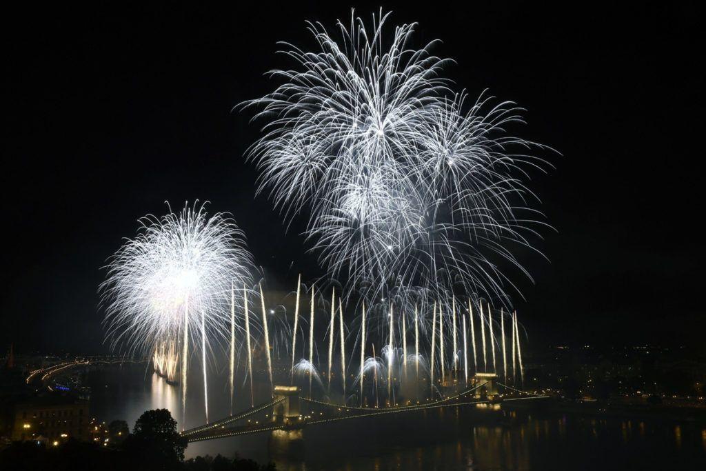 Budapest, 2018. augusztus 20.T??zijáték a Duna felett Budapesten a nemzeti ünnepen, 2018. augusztus 20-án.MTI Fotó: Kovács Tamás