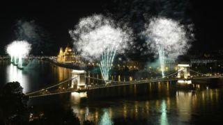 Budapest, 2018. augusztus 20.Tűzijáték a Duna felett Budapesten a nemzeti ünnepen, 2018. augusztus 20-án.MTI Fotó: Kovács Tamás
