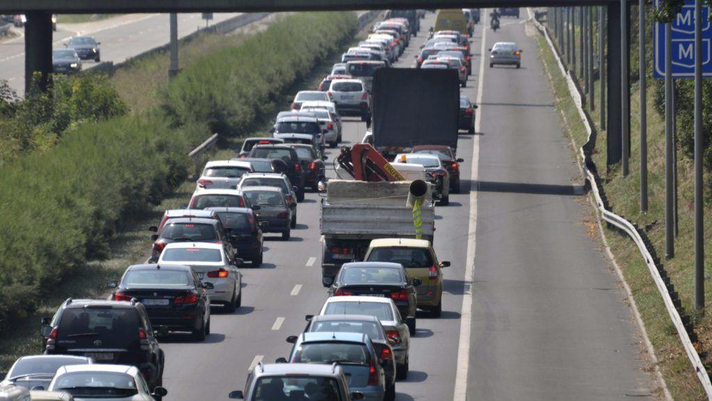 Tárnok, 2015. augusztus 7. Torlódó jármûvek az M7-es autópályán Tárnoknál, miután három autó ütközött Érd térségében 2015. augusztus 7-én. A balesetben többen könnyebben megsérültek. MTI Fotó: Mihádák Zoltán