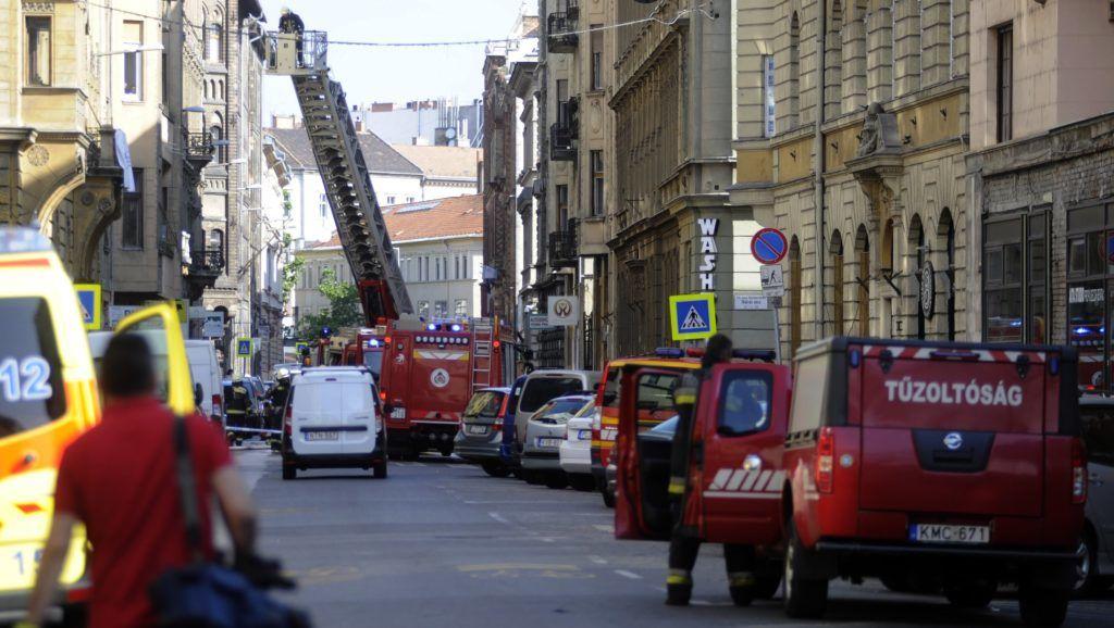 Budapest, 2018. május 19. Tûzoltók oltanak egy kigyulladt lakást a IX. kerületi Lónyai utcában 2018. május 19-én. A negyedik emeleti lakásban egy idõs férfit holtan találtak. MTI Fotó: Mihádák Zoltán