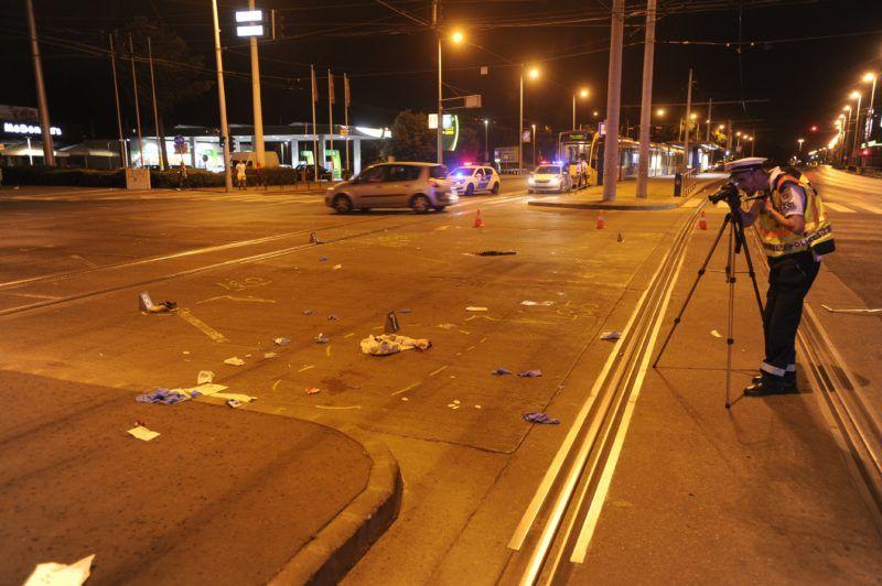 Budapest, 2018. augusztus 1. Helyszínelés Budapesten 2018. augusztus 1-jén a Könyves Kálmán körút és a Kõbányai út keresztezõdésében, ahol egy személygépkocsi elütött egy gyalogost. A sofõr megállás nélkül elhajtott a helyszínrõl, de késõbb feladta magát. A balesetben a gyalogos olyan súlyos sérüléseket szenvedett, hogy a kórházba szállítását követõen életét vesztette. MTI Fotó: Mihádák Zoltán